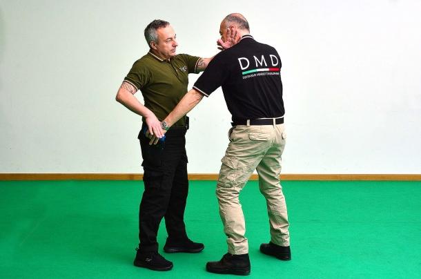 l'attacco frontale può essere risolto con una pressione e seguente presa effettuata sulla mano dell'avversario