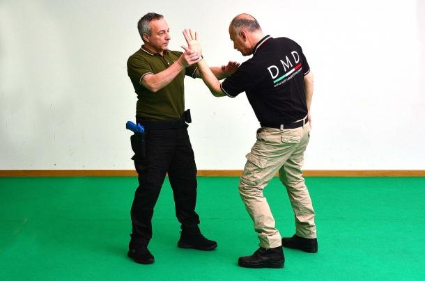 dopo aver afferrato la mano si effettua una rotazione verso l'esterno dell'arto dell'avversario