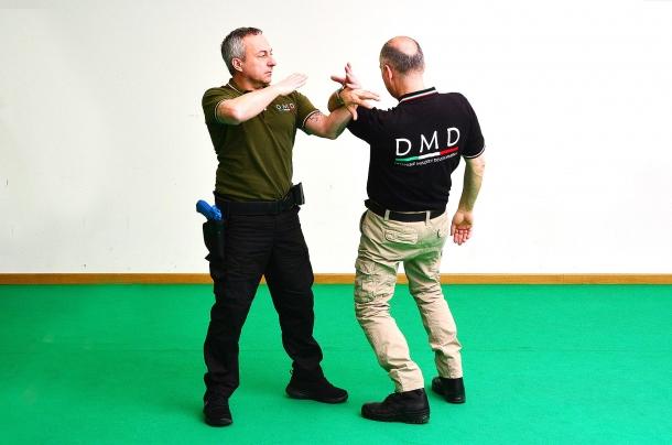 la leva costringe l'avversario a sbilanciare il corpo piegando la schiena e cadere indietro