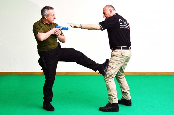 un calcio frontale portato verso la gamba dell'avversario provoca il blocco dell'azione