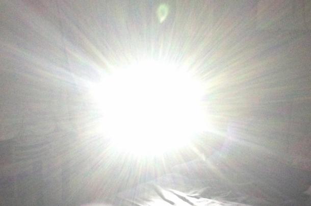 L'effetto accecante di una potente torcia puntata negli occhi non permette di continuare l'azione