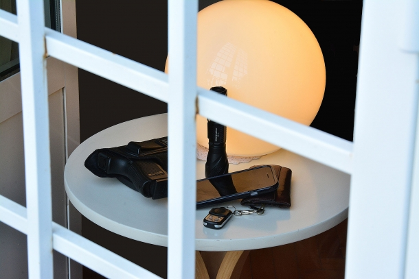 Per aumentare la nostra sicurezza siamo costretti a vivere in casa guardando fuori attraverso le sbarre e dotandoci di strumenti che non vorremmo mai utilizzare
