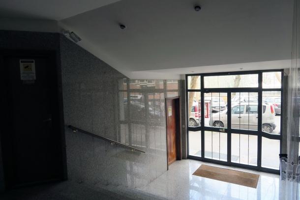 da preferire i portoni vetrati che consentono la visuale durante l'accesso o l'uscita dalla nostra abitazione. Le pareti in marmo consentono una discreta visuale laterale esterna. Notare in alto la telecamera a controllo dell'accesso.