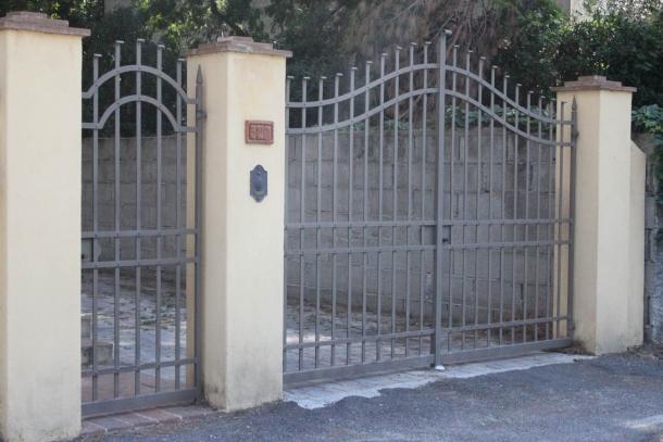 Al pari della vetrata, il cancello dotato di sbarre permette di controllare l'ambiente dall'esterno in entrata e dall'interno in uscita dall'abitazione
