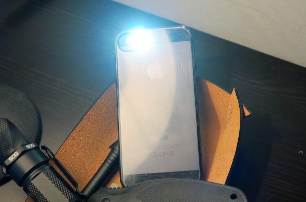 non dimentichiamo che per emergenza anche gli smartphone moderni sono dotati di una torcia abbastanza potente da farci vedere nel buio
