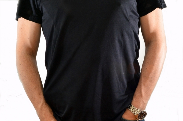 Beretta serie 92: che ci crediate o no, qui ce n'è una, sotto una maglietta discretamente attillata