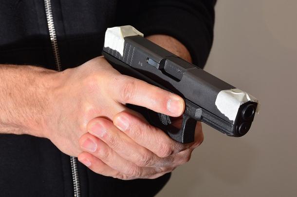 inizialmente, per  imparare a sparare istintivamente, un espediente consiste nel coprire i congegni di mira