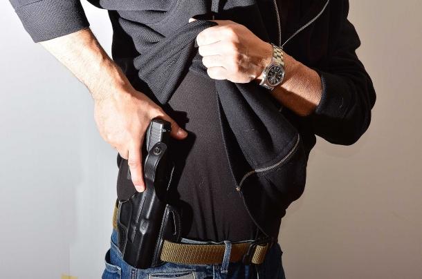 estrarre un'arma da sotto gli indumenti e sparare richiede un addestramento supplementare