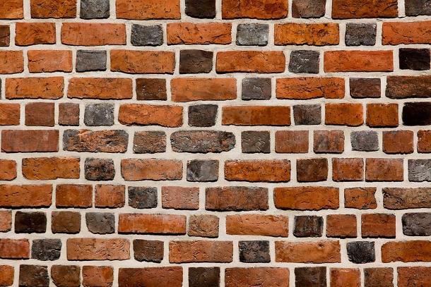 un muro di mattoni mette al riparo dai colpi dell'avversario. Non sempre è a portata di mano