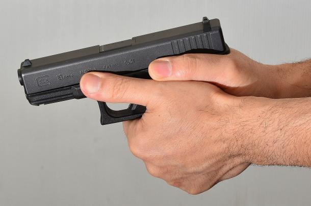 impugnare l'arma con due mani è comodo fa sparare più veloci e con migliori risultati. Purtroppo nella realtà non sempre è possibile utilizzare questa tecnica