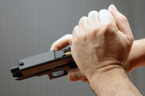 inserire il colpo in canna richiede l'utilizzo della mano debole e rallenta i tempi