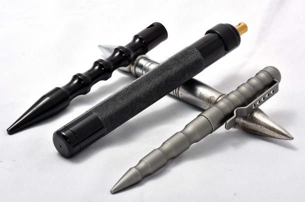 Palm stick, uno spray al peperoncino e una penna tattica: questi ultimi due oggetti possono essere utilizzati efficacemente come Palm Stick