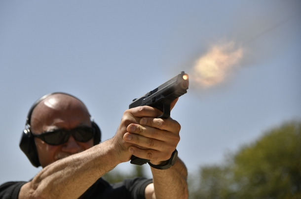 Vampa di bocca, il proiettile è uscito e la volata dell'arma è allineata sul bersaglio: è assente l'errore della mungitura dell'impugnatura