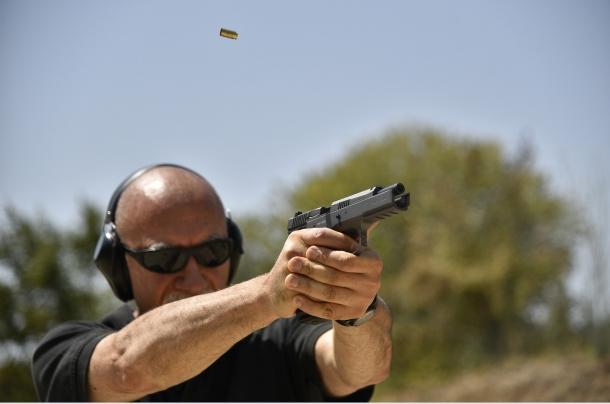 Per quanto un modello di pistola possa differire da un altro, una presa dell'impugnatura con la massima forza riduce al minimo il rilevamento. Nella foto: il bossolo spento è in aria, ma l'arma è ancora perfettamente allineata sul bersaglio