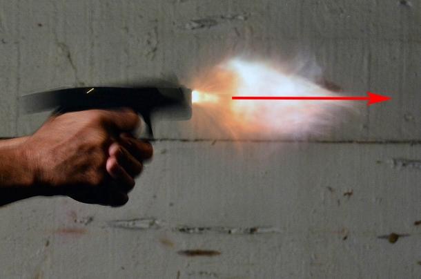 Una pistola sub compact: sebbene peso e dimensioni non aiutino, il rilevamento è contenuto. La freccia mostra che la volata è comunque in asse con il bersaglio al momento della fuoriuscita della palla
