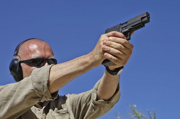 Impugnare saldamente l'arma aumenta la probabilità di riuscita del tiro