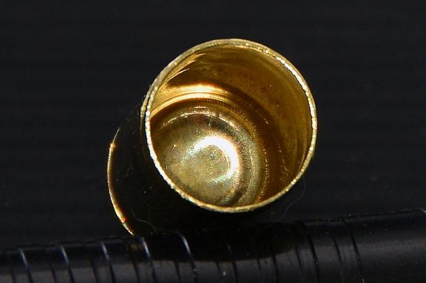 La vista interna del bossolo. Durante il processo di lavorazione è completamente saltata la fase di foratura del fondello per ricavare il foro di vampa