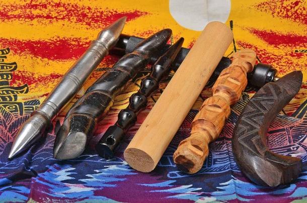 alcuni Palm Stick di varie dimensioni e materiali