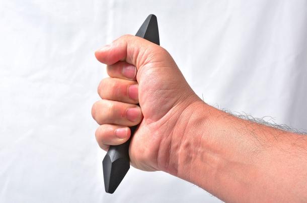 """un Palm Stick in metallo dotato di punta può essere impugnato in modalità  """"Ice Pick"""" sfruttando le potenzialità dell'estremità acuminata"""