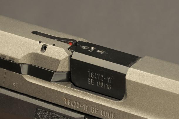 Il segnalatore rosso sulla camera di cartuccia ci avvisa che il colpo è camerato. Anche con il colpo in canna, le pistole striker fired come questa Canik sono totalmente sicure, finché non porteremo il dito sul grilletto