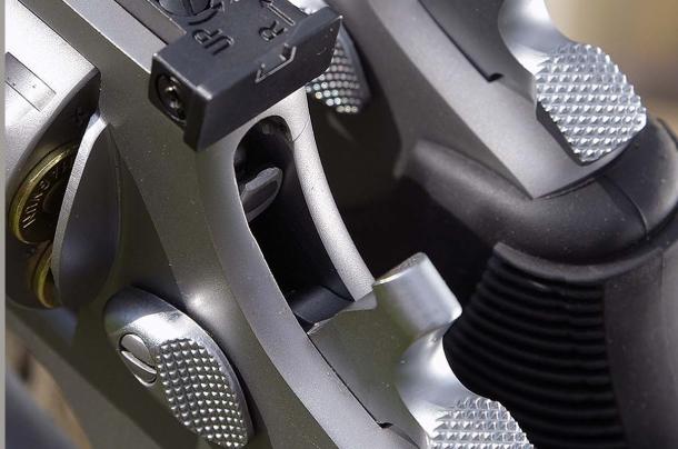 anche i revolver sono dotati di sicure che permettono la percussione solamente in seguito all'azionamento del grilletto. nella foto una sicura transfer bar  applicata su un revolver Taurus