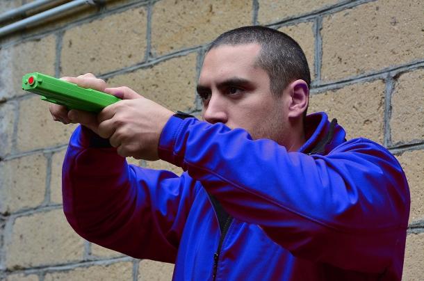"""una tecnica """"esotica"""" per inserire la cartuccia in situazioni di pericolo consiste nel portare l'arma all'altezza del viso con tutte le conseguenze in caso di partenza anticipata del colpo. Anche in questa modalità esiste la  possibilità di subire un tentativo di sottrazione dell'arma"""