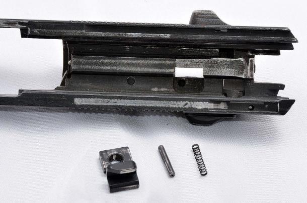 gli elementi della sicura automatica al percussore della Beretta serie 92 estratti dalla loro sede