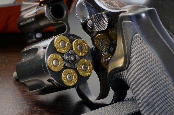 Resta un mistero il motivo per cui quelli che temono di portare il colpo in canna nella pistola semiautomatica, poi invece non battano ciglio portando un revolver che ha sempre una camera di cartuccia piena a portata di percussore