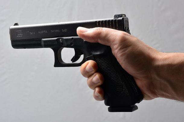 l'arma impugnata correttamente con la mano forte. è fondamentale saper sparare con una sola mano. spesso nella difesa personale, tempi e distanze non consentono che l'arma sia impugnata con le due mani