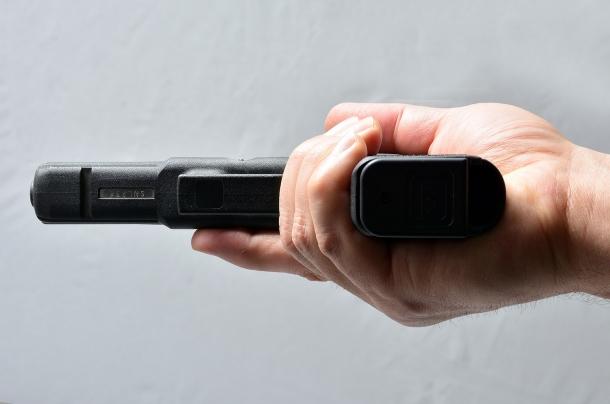 la stessa impugnatura a una mano vista dal basso mostra le dita che fasciano correttamente l'arma. un altro errore lo commettono alcuni tiratori che sparano tenendo staccato un dito della mano che impugna l'arma: solitamente il mignolo