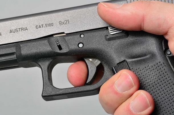 una pistola dalle dimensioni adeguate alla complessione del tiratore, deve consentire di raggiungere correttamente la leva di scatto. se questo non risulti possibile è necessario sostituire l'arma con una adatta alla grandezza della mano