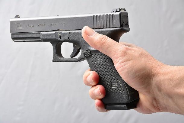 un errore ricorrente consiste nell'impugnare la pistola lasciando aria sotto l'elsa. questo errore non consente di gestire al meglio il rilevamento e rinculo dell'arma