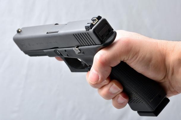 la mano è fuori asse verso il lato destro. spesso questo errore si verifica quando l'impugnatura dell'arma è troppo grande per la mano del tiratore che non riesce a raggiungere comodamente il grilletto