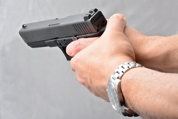 Un grave errore consiste nel posizionare il dito pollice dietro al carrello. Durante il ciclo di sparo il carrello arretrando, colpisce il pollice provocando il malfunzionamento dell'arma e il ferimento del dito. chi si addestra a sparare con il revolver utilizzando questa tecnica, la applica inavvertitamente sparando con una pistola semiautomatica