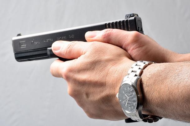 alcuni tiratori sparano - anche bene - applicando l'indice della mano debole sul guardamano della pistola. Questa è una tecnica particolare che non riesce a tutti e può provocare tiri strappati verso il basso