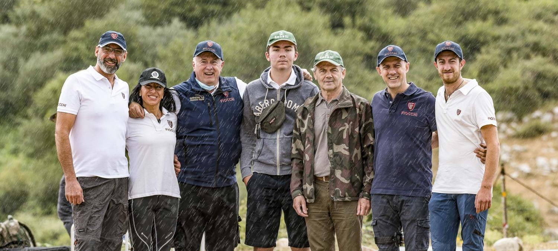 Felici anche sotto il diluvio: l'Ing. Emanuele Sabatti e suo figlio Carlo (al centro) insieme ad alcuni membri dello staff Fiocchi