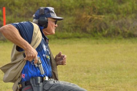 Il campione americano Jerry Miculek durante una gara IDPA con revolver