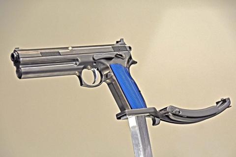 La pistola FK Brno, con la nuova impugnatura a dorsalino piatto e l'apposito calciolo metallico amovibile, ripiegato