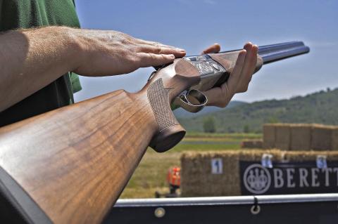 Vista completa del nuovo fucile sovrapposto Beretta 690 Field I, fatto apposta per il tiro all'aperto