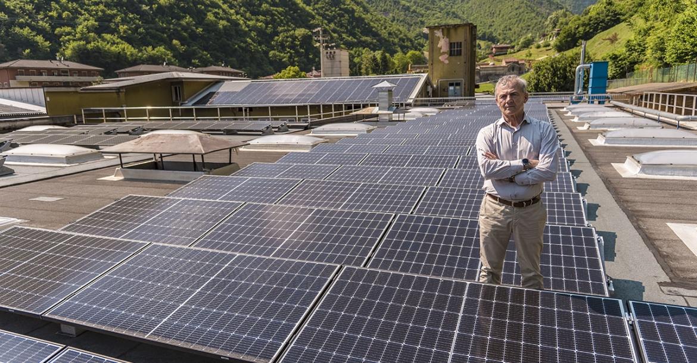 L'Ing. Emanuele Sabatti posa soddisfatto nel mezzo del nuovo impianto fotovoltaico della sua azienda