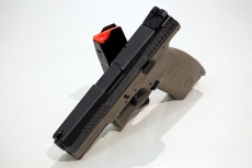 La pistola CZ P-10 C, esposta all'IWA di Norimberga