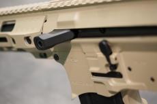 La manetta d'armamento laterale funge anche da Forward Assist